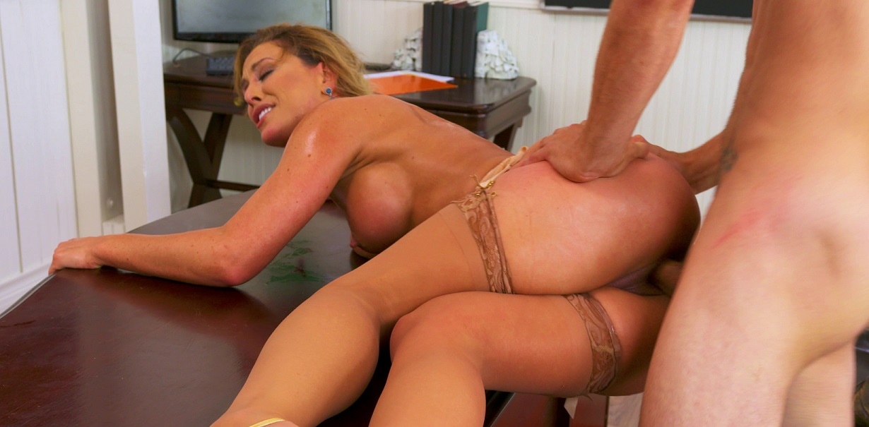 Mature in stockings screaming on desk [Ultra HD]